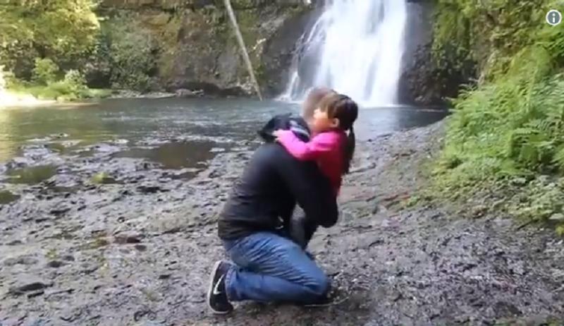 Un homme se met à genoux pour demander à la fille de sa copine