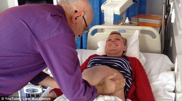 Un médecin appuie sur le ventre d'une femme enceinte