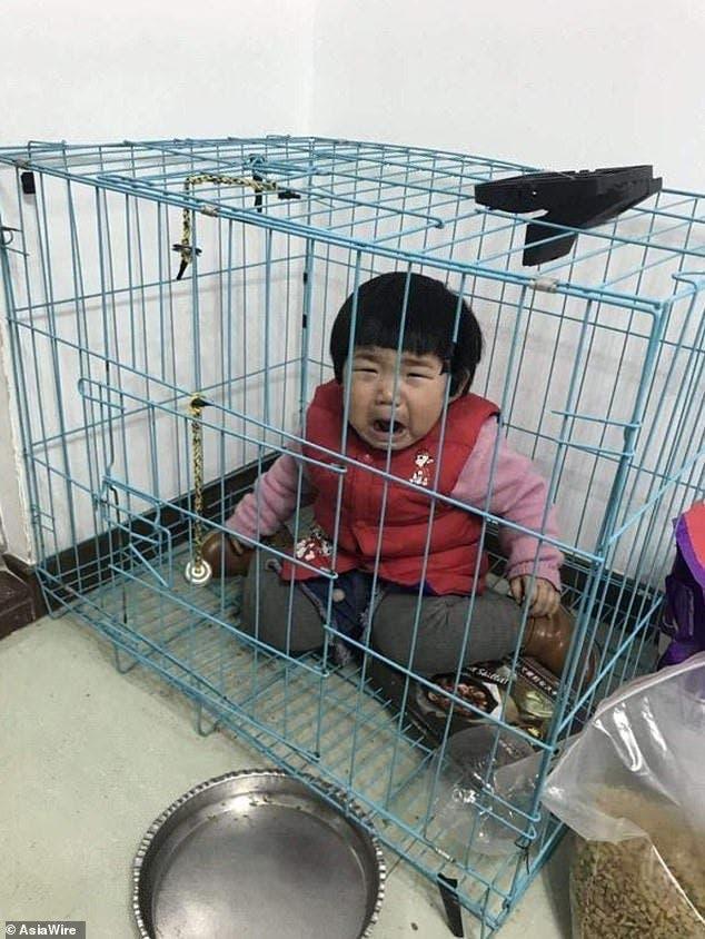 Un père enferme sa fille dans une cage
