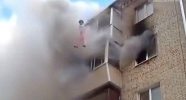 Un père jette son bébé du cinquième étage et lui sauve la vie