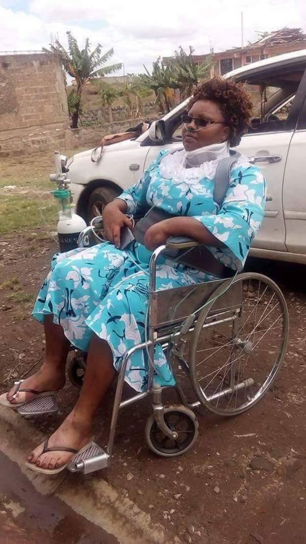 Un petit garçon sans-abri approche une voiture au Kenya pour mendier