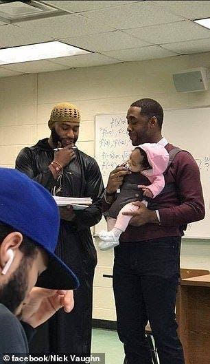 Un professeur tient le bébé de son étudiant en classe parce qu'il ne pouvait pas avoir de baby-sitter