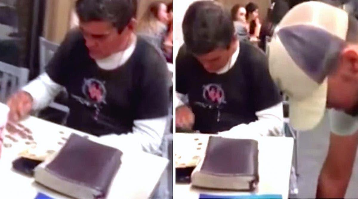 Un sans-abri compte sa monnaie quand 3 adolescents déposent des sachets lourds sous sa table