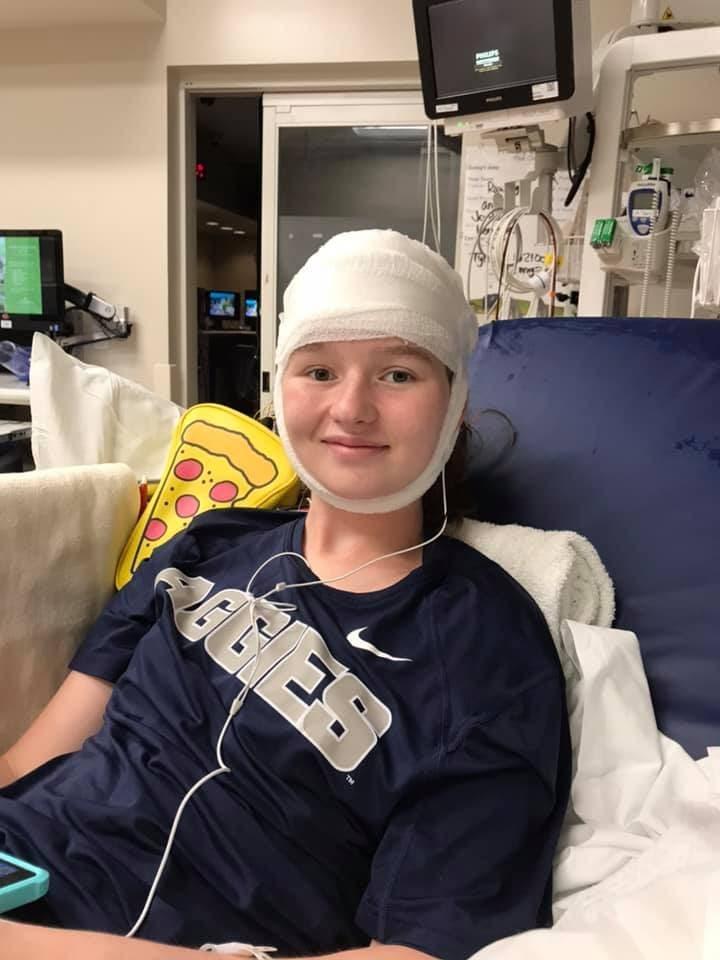 Une adolescente a été attaquée par des camarades de classe et a reçu une balle dans la tête