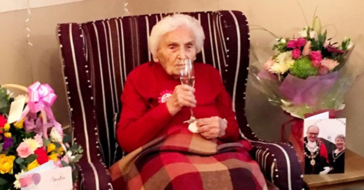 Une ancienne infirmière âgée de 105 révèle au monde le secret de sa longévité