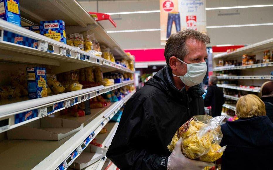 Une caissière de supermarché reçoit des menaces de ces voisins