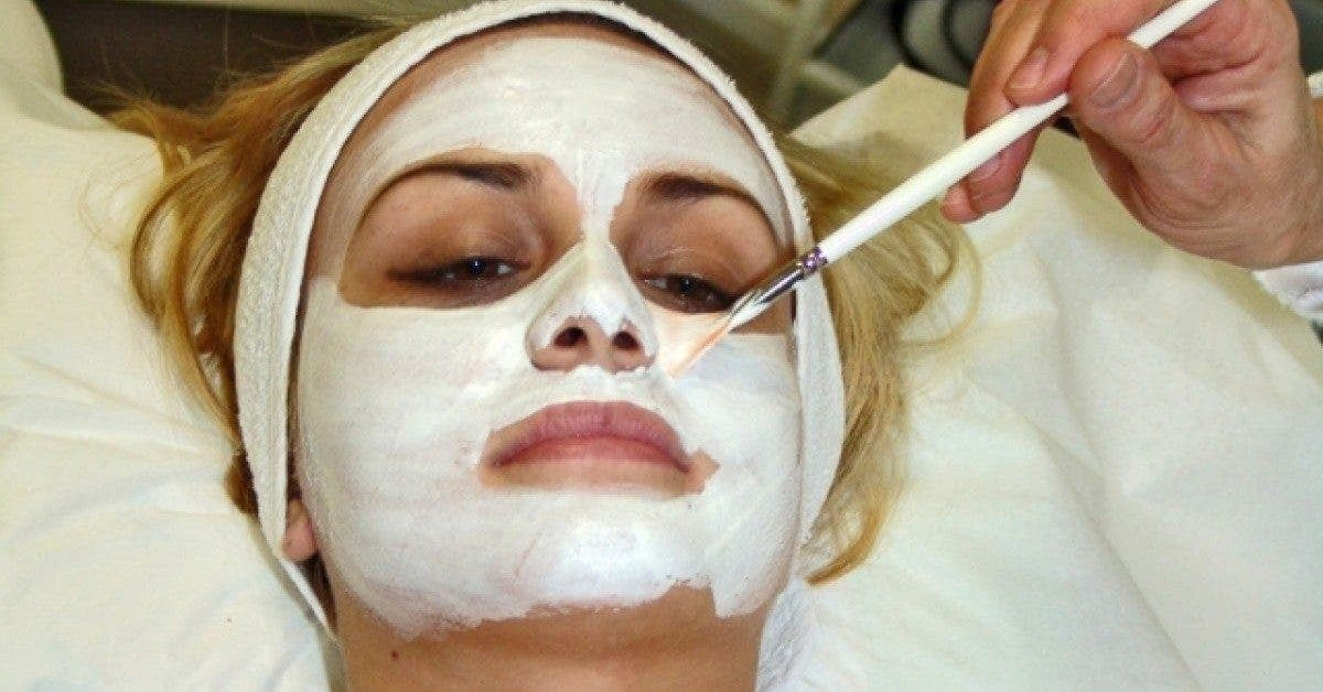 Une célèbre esthéticienne recommande de faire un masque facial au sperme pour rester jeune