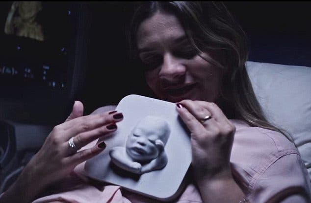 Une mère aveugle fait une échographie