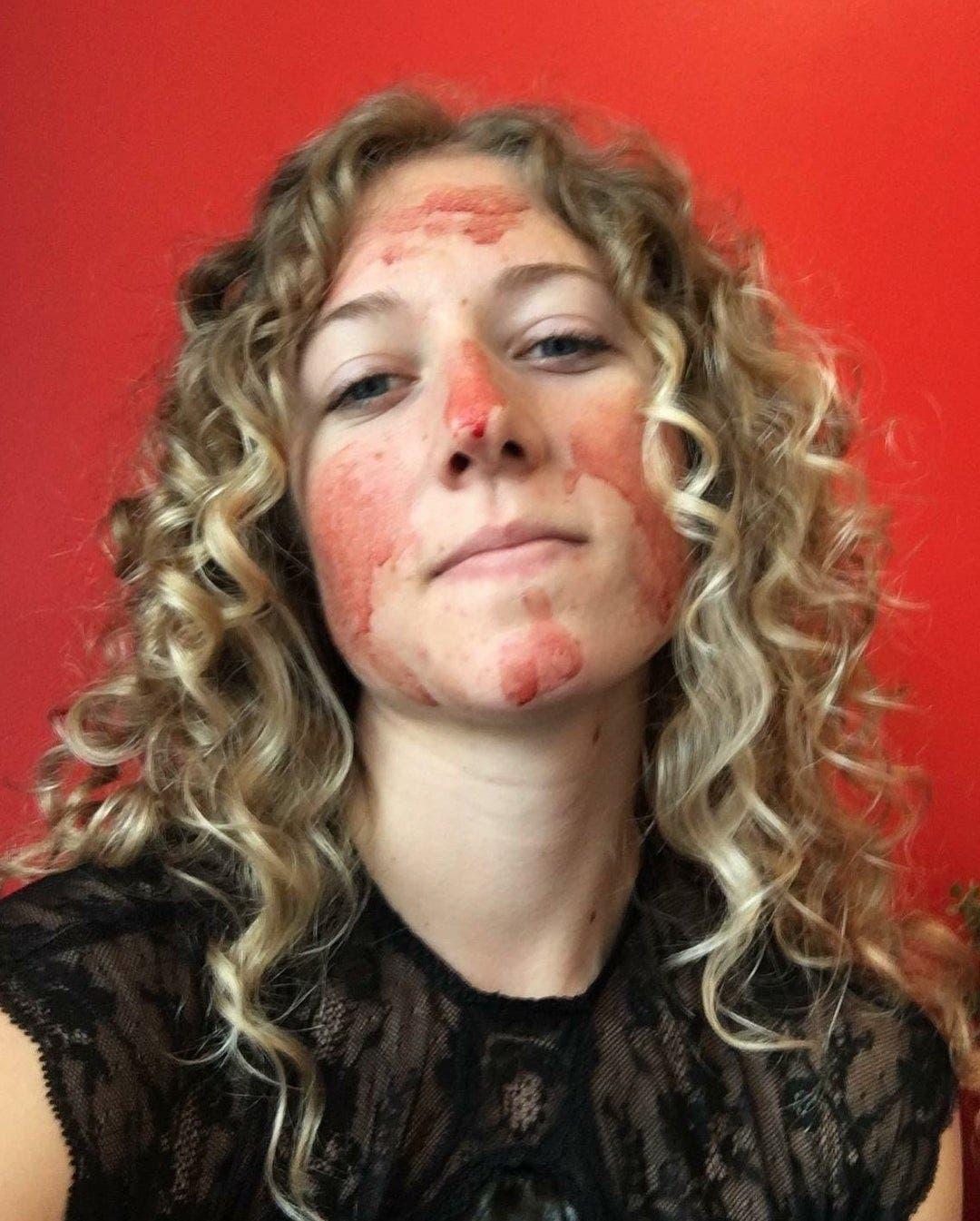 Une femme couvre son visage de sang menstruel pour prouver la beauté des règles