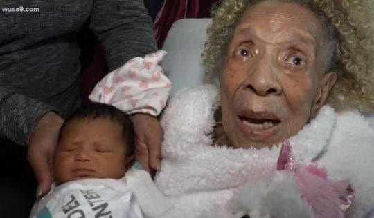 Une femme de 105 ans rencontre son arrière-arrière-petite-fille pour la première fois