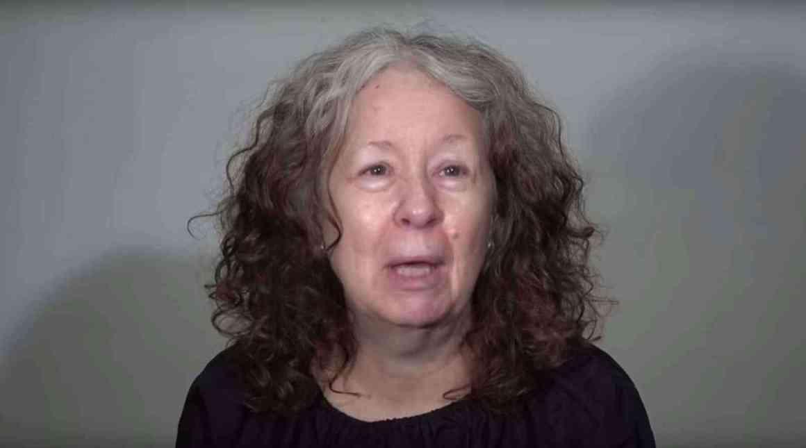 Une femme de 60 ans fait un relooking et elle est méconnaissable