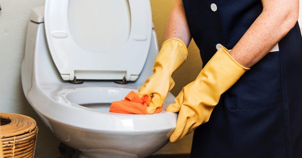Une femme de ménage révèle les secrets pour une salle de bain éclatante de propreté