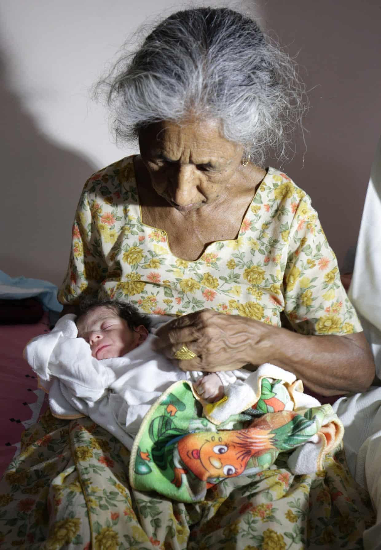 Une femme donne naissance à un bébé à l'âge de 72 ans