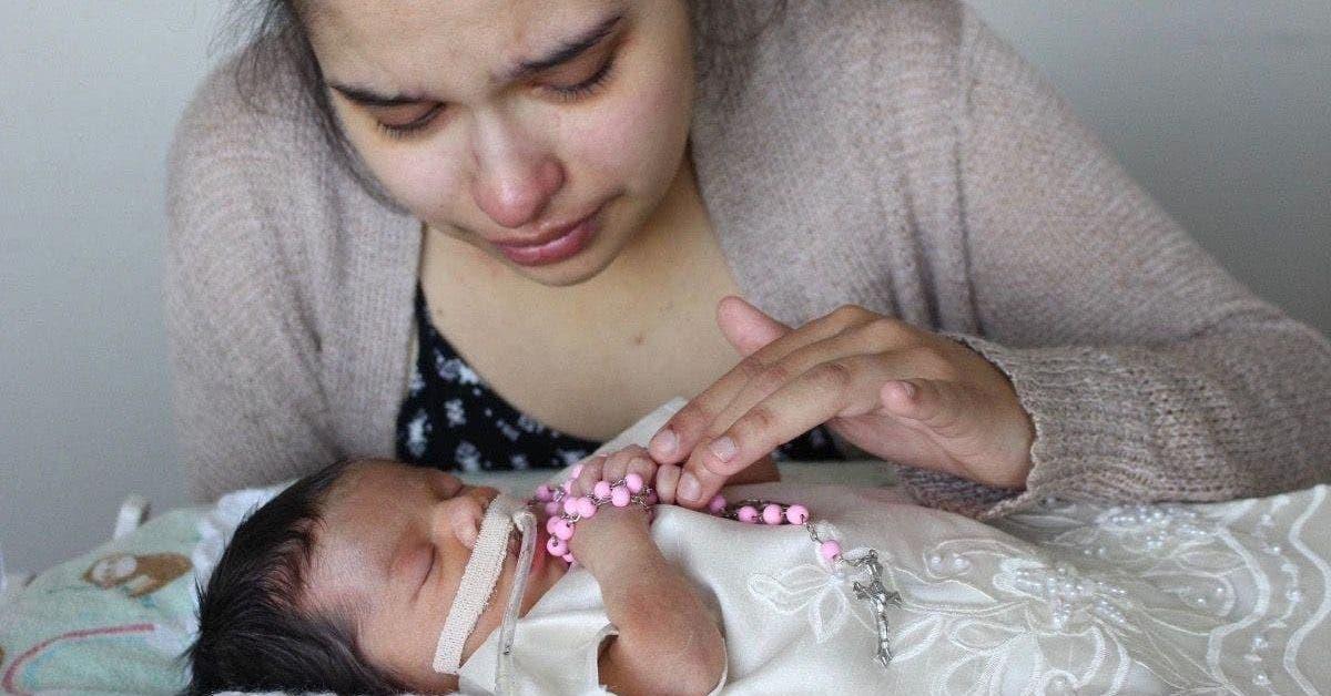 Une femme enceinte frappé à l'estomac pendant un cambriolage à la maison est obligé de dire au revoir à sa petite fille