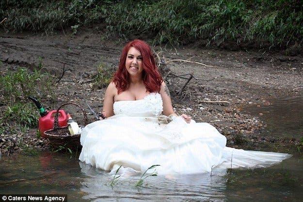 Une femme organise une séance photos pour fêter son divorce