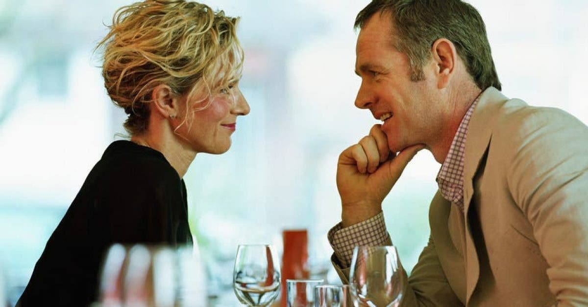 Une femme partage son amour avec un homme plus âgé, elle voudrait que tout le monde connaisse son expérience