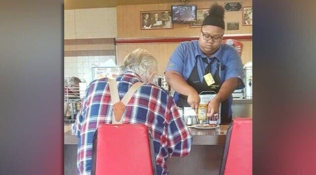 Une femme prend une photo en cachette, pour révéler ce que la serveuse fait de la nourriture du vieil homme