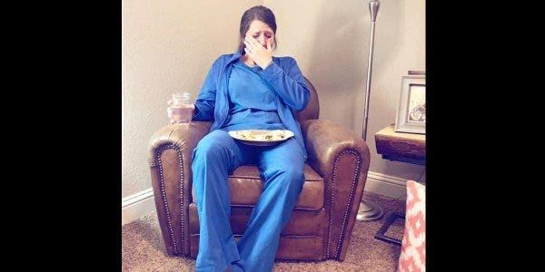 Une infirmière épuisée éclate en sanglots après une longue journée de travail où elle a assisté à l'accouchement d'un bébé mort-né