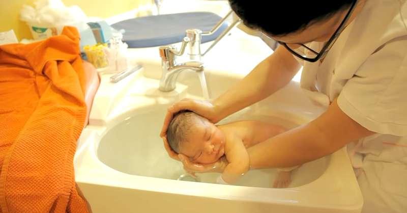 Une infirmière parisienne vient de développer une nouvelle méthode de bain et elle est des plus attendrissantes