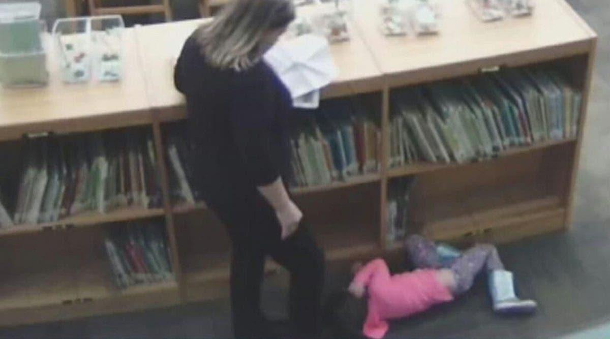 Une institutrice violente une petite de 5 ans sans défenses et l'école prend une bonne décision