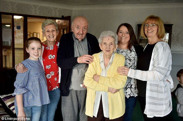 Une mère de 98 ans refuse d'arrêter de s'occuper de son fils de 80 ans