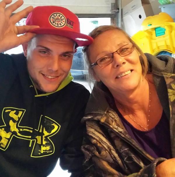 Një nënë po i thotë lamtumirë djalit të saj që po vdes