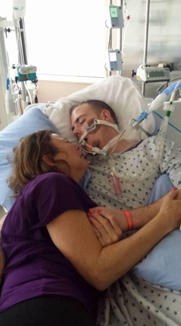 Une mère est entrain de dire adieu à son fils mourant