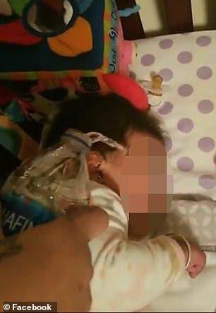 Une mère sans cœur publie une vidéo où elle verse de l'eau sur son bébé endormi
