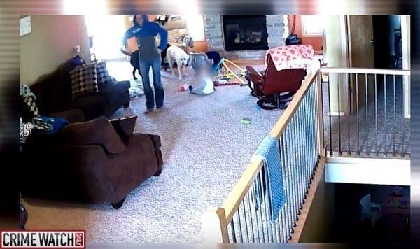 Une nounou est filmée secrètement avec une petite fille