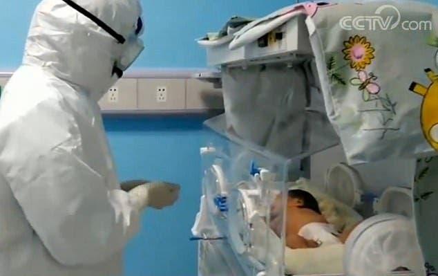 Un petit bébé de 17 jours guérit du coronavirus sans médicaments