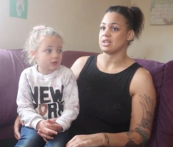 Une petite fille de 4 ans sort en pleurs des toilettes de McDonalds