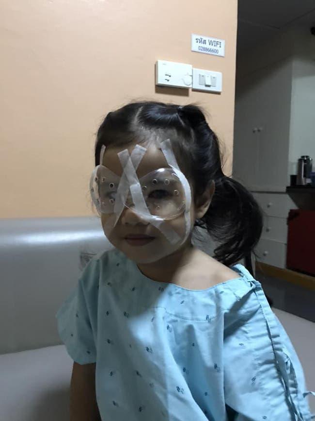 Une petite fille subit une opération des yeux à cause du téléphone de son père