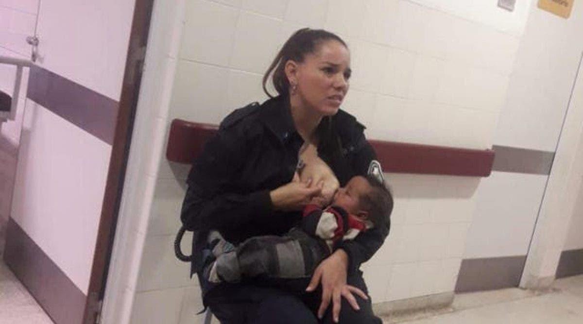 Une policière allaite un bébé abandonné