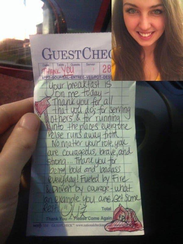 Une serveuse griffonne quelques mots sur un reçu