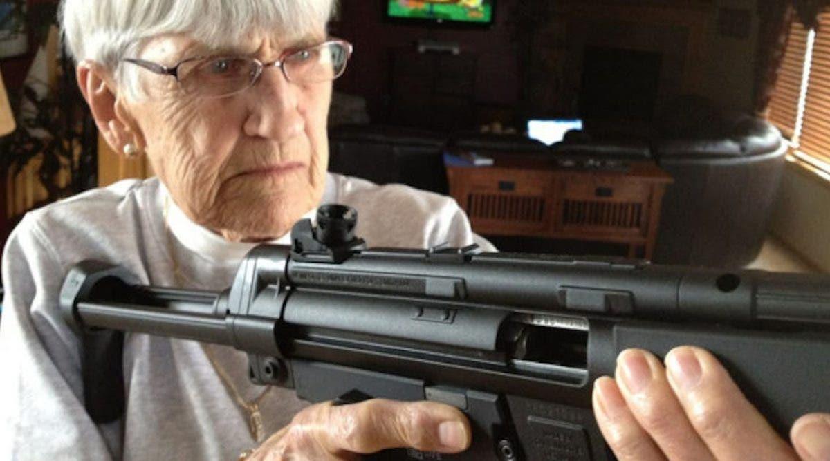 Une vieille dame de 80 ans tire sur l'intrus, qui a poignardé son mari. Quel courage !