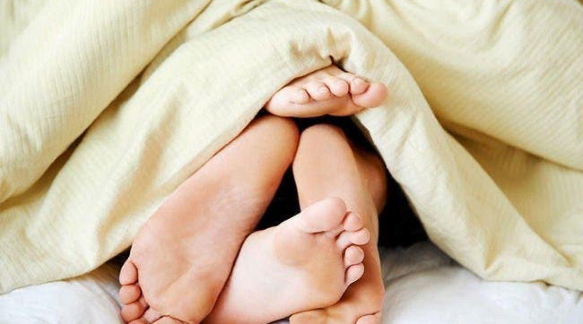 Voici les 5 positions sexuelles à faire sous une couverture quand il fait froid