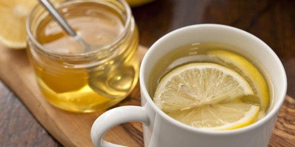 Voici pourquoi vous devriez boire de l'eau citronnée au miel tôt le matin