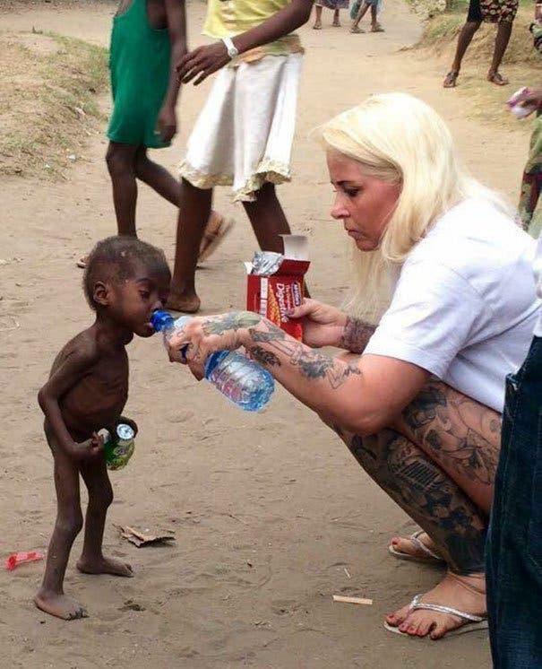 gamin affamé que ses parents ont laissé mourir de faim