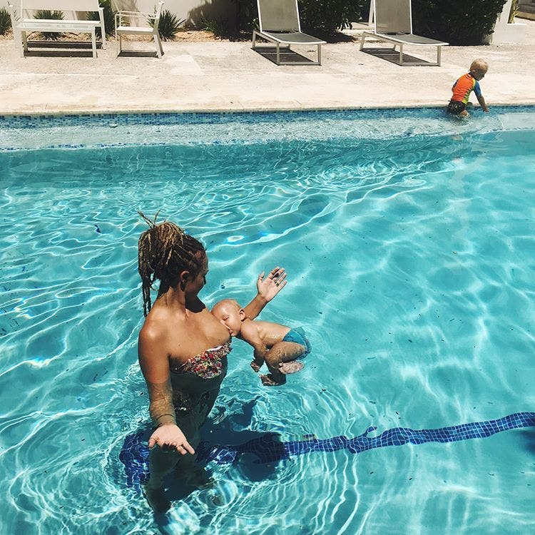 Cette femme allaite les seins nus dans une piscine et ses magnifiques photos font le tour du monde