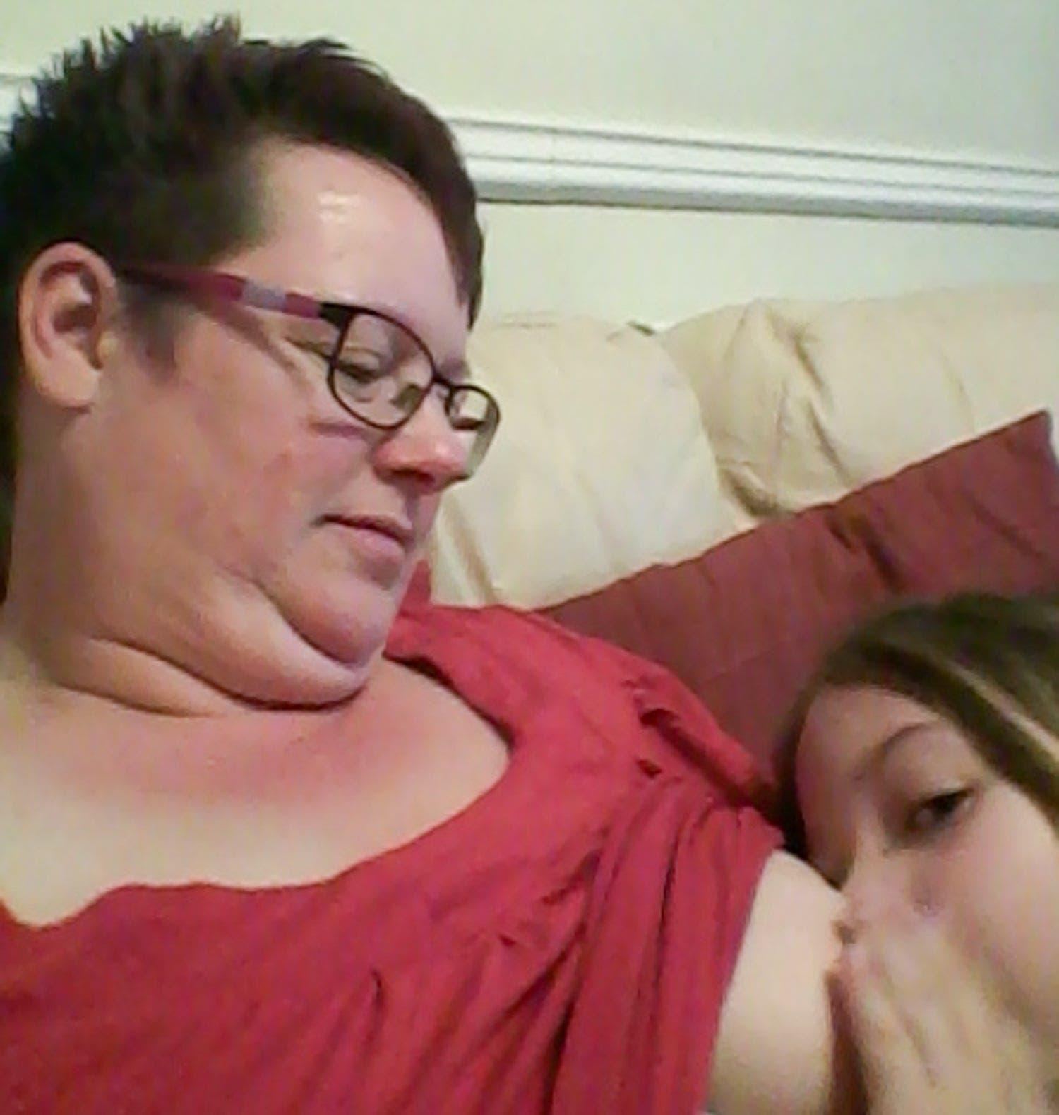 Cette maman allaite encore sa fille de 9 ans et ne souhaite pas s'arreter