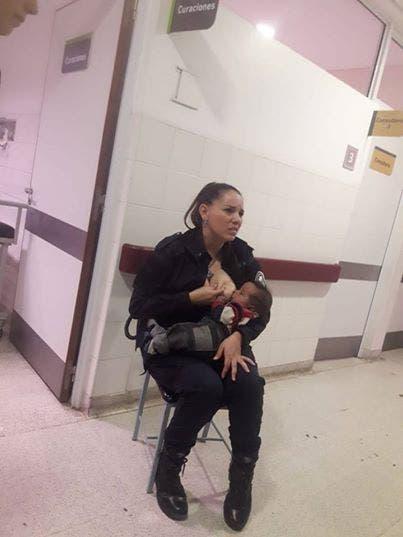Une policière allaite un bébé