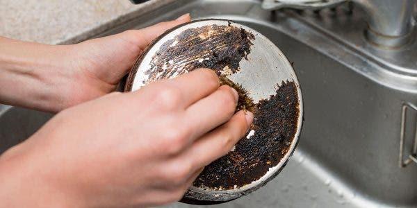 apprenez-a-nettoyer-le-dos-des-casseroles-et-laissez-les-comme-neuves