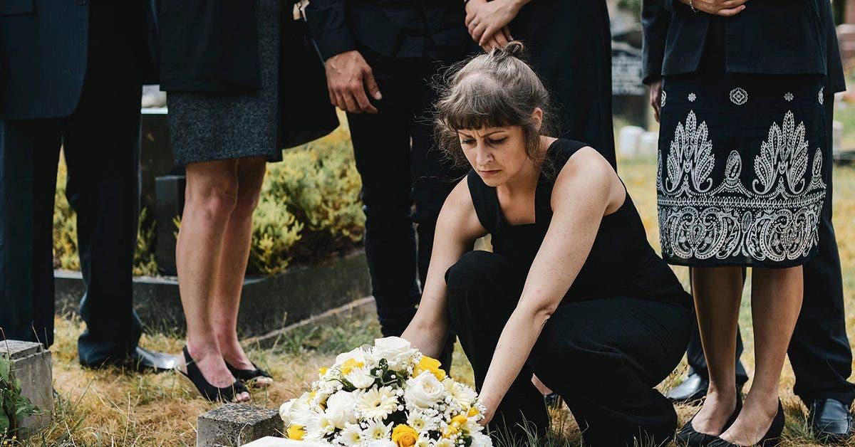 apres-la-mort-de-son-mari-la-veuve-est-surprise-entrain-de-faire-lamour-dans-le-cimetiere