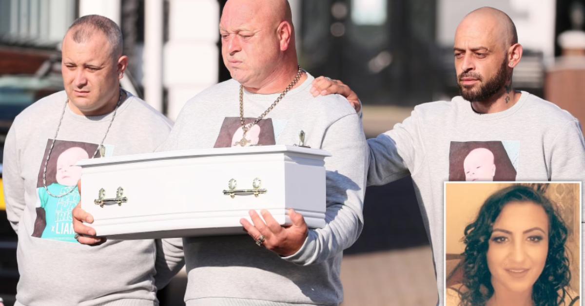 Ce papa s'effondre en berçant le petit cercueil de son fils de huit semaines