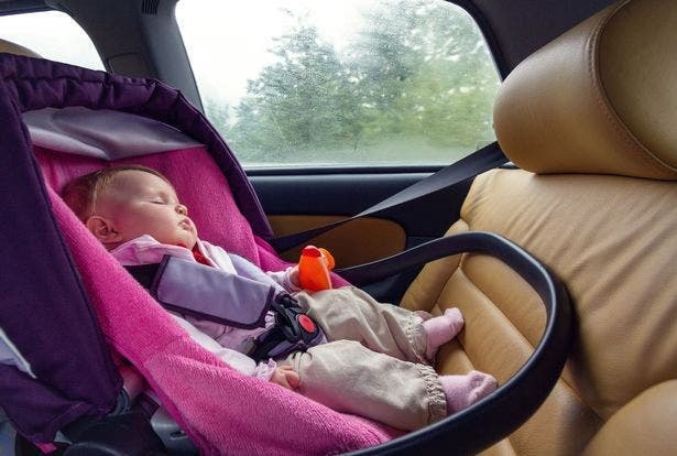 bébé dort siege enfants