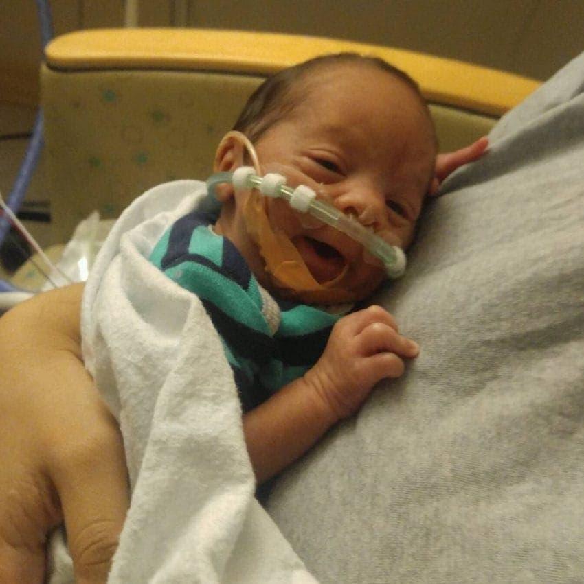 Une maman met au monde son bébé parfaitement enveloppé dans son sac amniotique