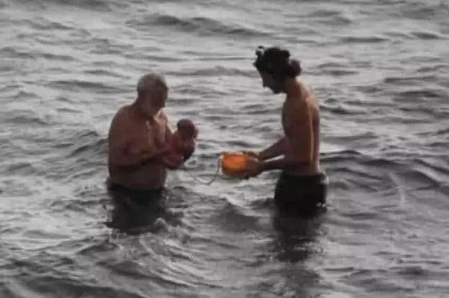 bebe ne dans la mer