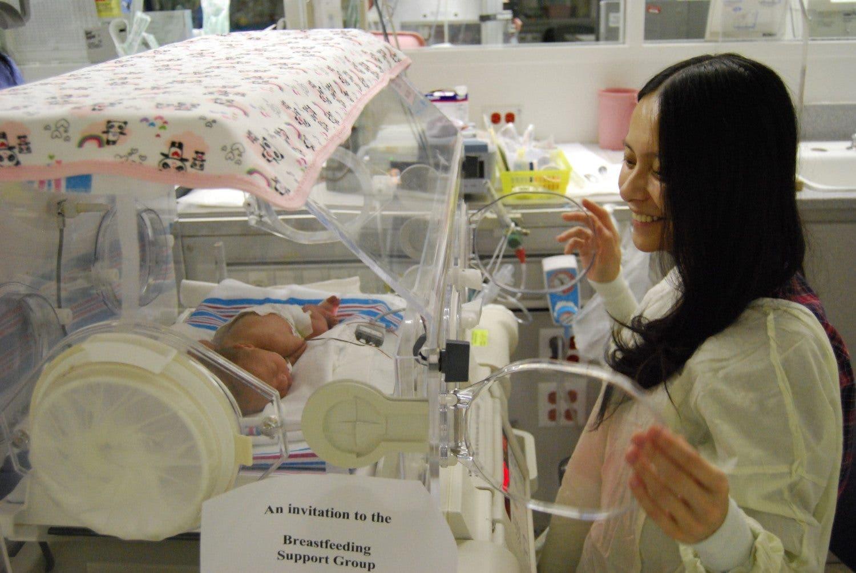 Il faut câliner les bébés le plus souvent possible d'après des études