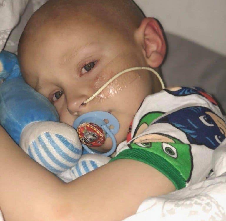 Un garçon de 5 ans demande pardon avant de mourir dans les bras de ses parents