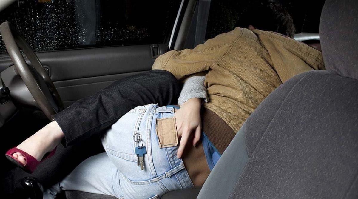 ce-couple-coche-activite-sportive-pour-faire-lamour-dans-leur-voiture-pendant-le-confinement